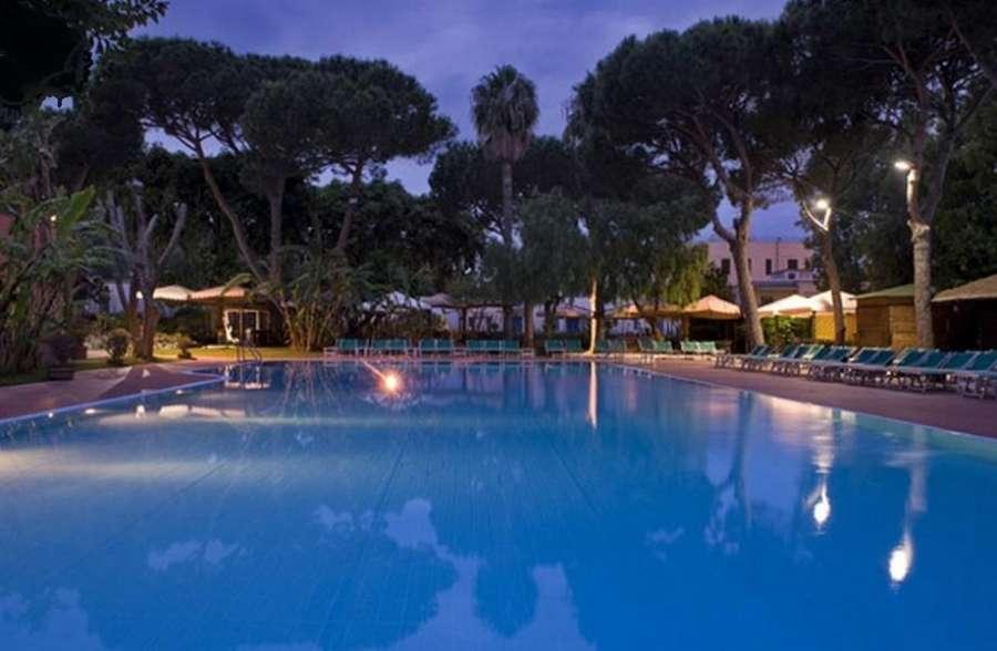 Panoramica piscina notturna
