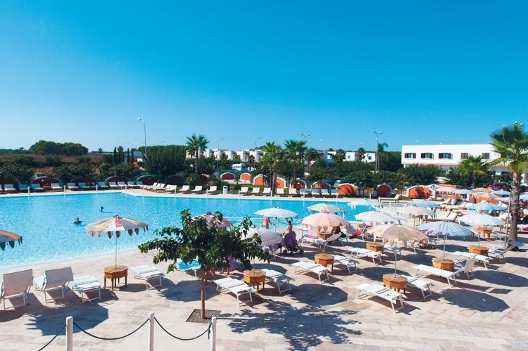 Panoramica piscina con solarium