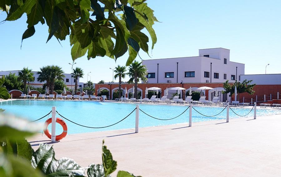Area piscina con solarium